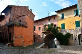 Pozzolengo: le case all'interno del castello